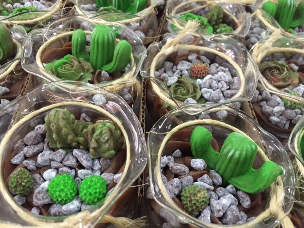 Em 2017, as suculentas ganharam muita fama e espaço fora dos jardins! Isso mesmo, chegou às mesas de doces! E uma forte tendência atualmente são os terrários comestíveis!